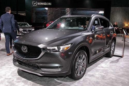 Tuy nhiên, Mazda lại quyết định ra mắt phiên bản máy dầu của mẫu CX-5 tại thị trường Mỹ với tên gọi Mazda CX-5 Signature AWD. Mẫu xe này hiện đang được trưng bày ở Triển lãm ô tô New York 2019