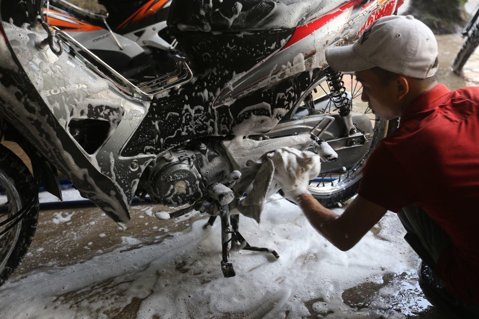 Thường xuyên vệ sinh, lau chùi xe: Việc vệ sinh xe máy thường xuyên không chỉ giúp xe bạn sạch đẹp mà còn giúp cho các bộ phận của xe hoạt động tốt, tránh hao xăng
