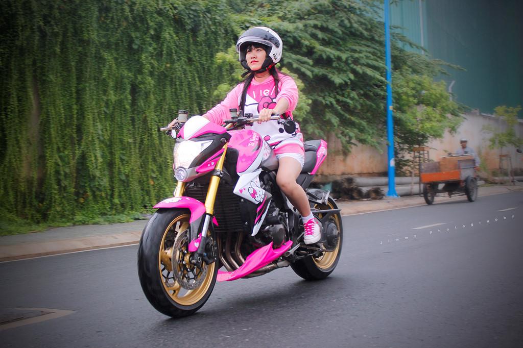 Nữ biker Thanh Tú 20 tuổi cùng chiếc Honda CB1000 Hello Kitty nổi bật