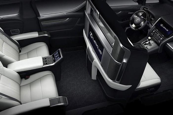 Về nguyên bản, ngoài lưới tản nhiệt thể thao mới, Lexus LM 2019 được trang bị cụm đèn pha tích hợp dải đèn LED định vị ban ngày hình chữ V quen thuộc. Trên cản va còn có hốc đèn sương mù đi kèm dải mạ crôm hình chữ L ngược
