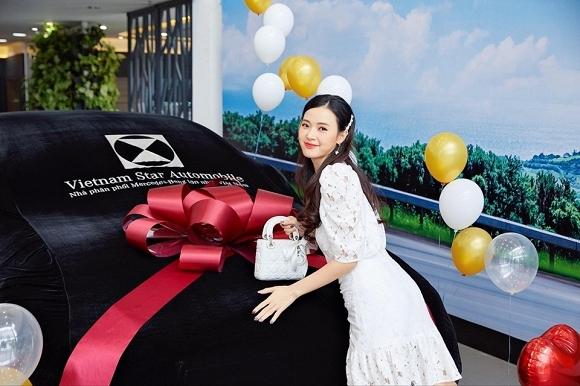 Hot girl Midu tiếp tục tậu thêm một chiếc xế hộp mới mang thương hiệu Mercedes-Benz
