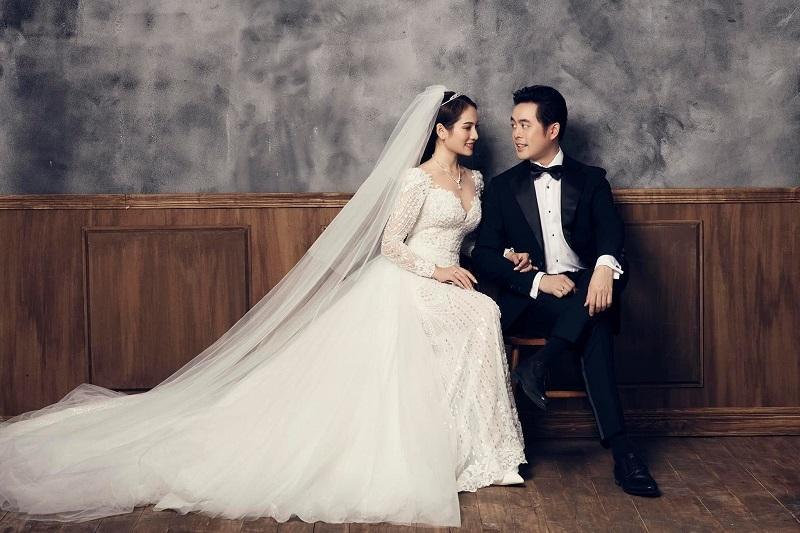 Sau bộ ảnh cưới tại Hàn Quốc, mới đây, nhạc sĩ Dương Khắc Linh vừa hé lộ bộ ảnh cưới với Sara Lưu (Ngọc Duyên) được chụp trong studio.