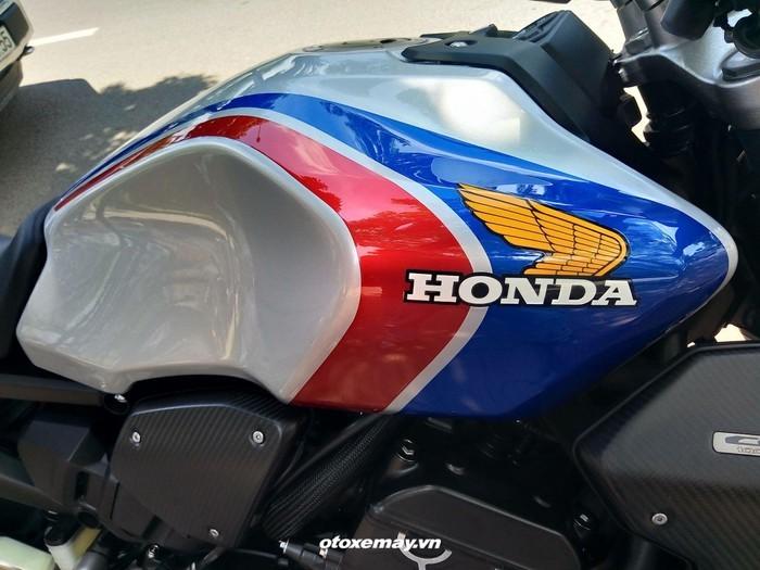Phiên bản giới hạn của chiếc CB1000R Plus 2019 được tạo điểm nhấn với bộ tem xe phối màu nền đỏ-trắng-xanh kèm logo cánh chim màu vàng trên bình xăng và tấm ốp đầu chóa đèn pha LED, gợi nhớ màu xe đua Honda HRC trứ danh