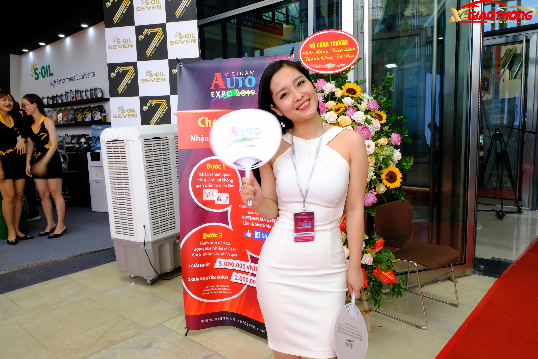 Nhiều người đến tham dự Triển lãm Vietnam AutoExpo 2019 bên cạnh việc tham quan các gian hàng, chiêm ngưỡng các mẫu xe còn để ngắm những người đẹp có mặt tại sự kiện