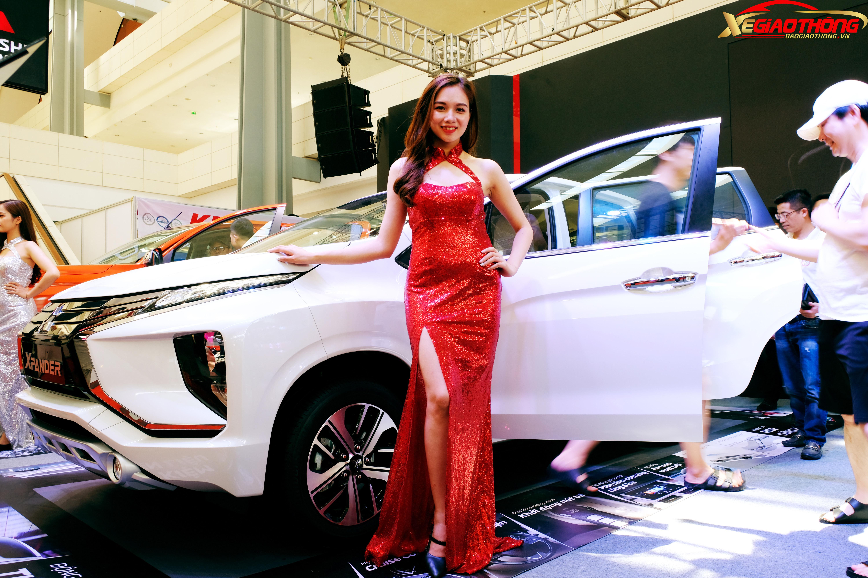Người đẹp của Mitsubishi tạo dáng bên cạnh mẫu MPV bán chạy nhất Việt Nam hiện nay là Xpander