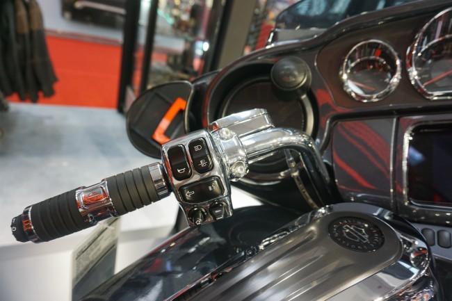 Hệ thống điều khiển và thanh tay lái bên tay trái