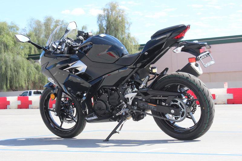 Kawasaki Ninja 400 ABS sở hữu kích thước 1.988x711x1.120 mm, chiều dài cơ sở 1.369 mm, trọng lượng khô 166, khoảng sáng gầm xe 139 mm