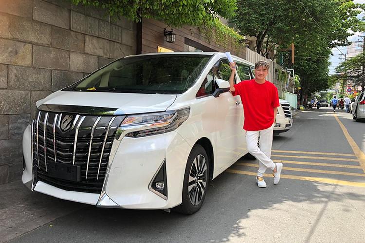 Ca sỹ Đàm Vĩnh Hưng lại gây choáng nhiều người khi tậu chiếc MPV hạng sang Toyota Alphard 2019 mới đầy cá tính, đây là mẫu xe phù hợp cho gia đình và tiện cho công việc di chuyển nhiều đến các tỉnh thành của anh chàng có biệt danh - Mr. Đàm