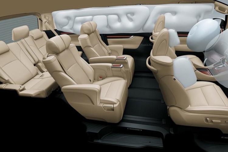 Nội thất trên Alphard đem lại cảm giác thoáng rộng và hiện đại, xe được trang bị hệ thống thông tin giải trí thế hệ mới với màn hình cảm ứng 7 inch, ghế lái điều chỉnh điện và nhớ vị trí, Hệ thống điều hòa tự động 3 vùng độc lập có tính năng lọc không khí bằng ion