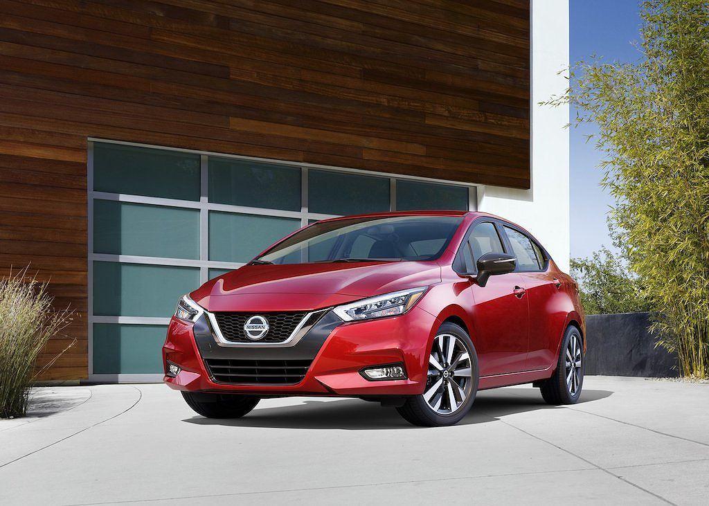 Về thiết kế, Nissan Versa 2020 đã gần như thay đổi so với phiên bản tiền nhiệm. Versa 2020 có nhiều nét tương đồng với mẫu Atima mini với lưới tản nhiệt chữ V-Motion ở phần đầu xe