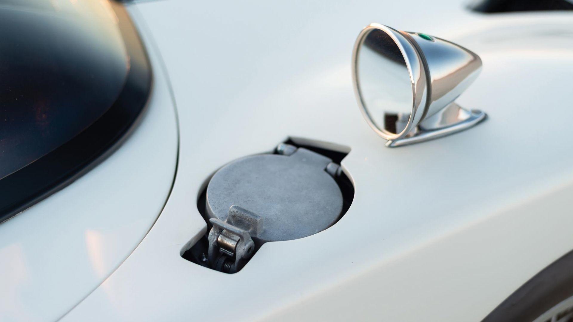 Nhà đấu giá cho biết, nó là chiếc Roadster duy nhất đã trải qua nhiều thập kỷ mà vẫn giữ nguyên hình dáng ban đầu, ngoại trừ những phần cần được phục hồi