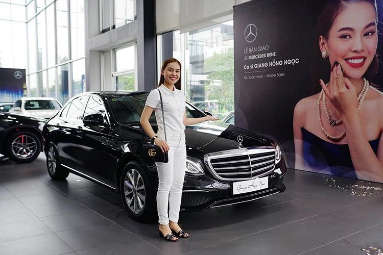 Ngoài ra, Mercedes-Benz E200 2019 còn có nhiều chi tiết mạ crôm sáng bóng ở cản trước, cản sau, đường chân kính hay bên sườn. Bộ vành của mẫu sedan hạng sang này có đường kính 17 inch và thiết kế 10 chấu