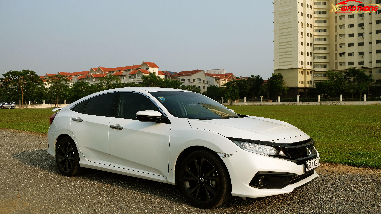 Với kiểu dáng trẻ trung, bắt mắt, Honda Civic dễ dàng ghi điểm với nhóm khách hàng trẻ, thích một mẫu xe đậm chất thể thao về mọi mặt. Thế nhưng, có lẽ điều này đã khiến mẫu xe này xa rời nhóm khách hàng đại chúng.