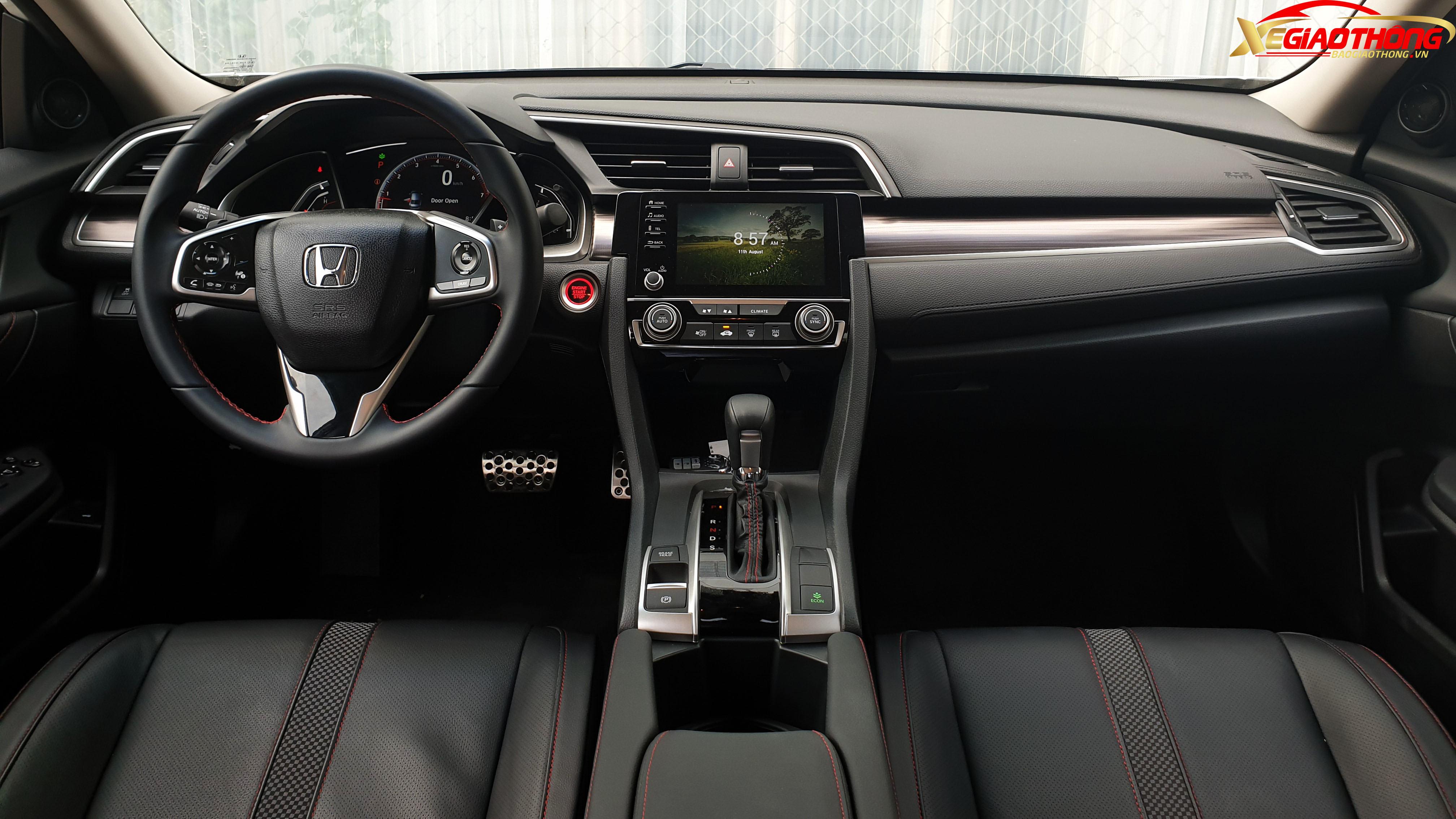 Bên trong khoang nội thất, đúng chất là một mẫu xe hướng tới phong cách thể thao, ghế trước Honda Civic RS 2019 thiết kế ôm lấy người ngồi nhưng vẫn rất thoải mái, không bị vướng. Các ghế trên xe được bọc da đi kèm những đường chỉ đỏ nổi bật trên nền đen, tăng tính thể thao.