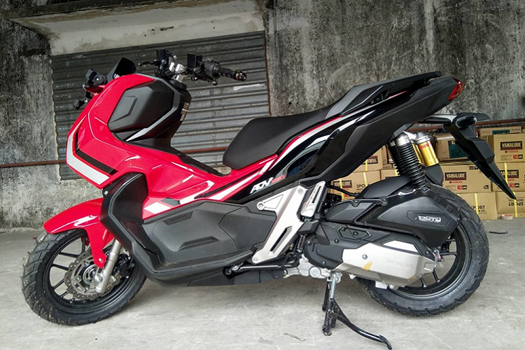 Honda ADV 150 mới là mẫu xe ga mang phong cách Adventure Touring, là đàn em của mẫu Honda X-ADV 750, được Honda ra mắt tại thị trường Indonesia cách đây không lâu. Chiếc Honda ADV 150 trong ảnh được một đại lý kinh doanh xe nhập khẩu tư nhân tại TP. HCM nhập về và chuẩn bị bán ra thị trường. Đây là phiên bản sở hữu phanh an toàn ABS và bộ tem Đỏ Đen Trắng