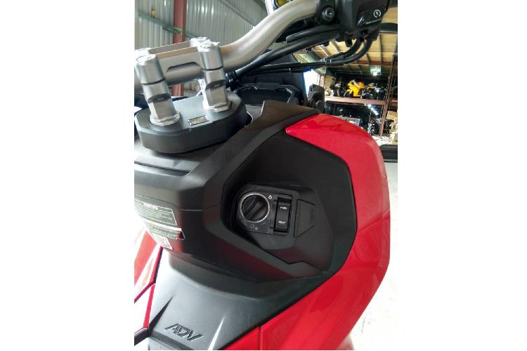 Hệ thống khóa thông minh Smart Key là trang bị tiêu chuẩn trên Honda ADV 150. Ngoài ra, Honda ADV 150 cũng giống như PCX sở hữu yên xe dài, thiết kế hai tầng, bên dưới là cốp chứa đồ khá rộng rãi