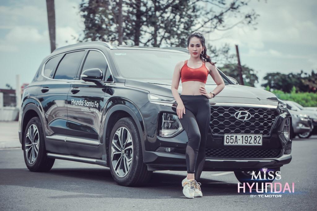 Thay đổi phong cách đôi chút, Nguyễn Vũ Xuân Nhi lại thể hiện sự thể thao, năng động của phụ nữ hiện đại bên chiếc SUV đầu bảng hiện tại của TC MOTOR