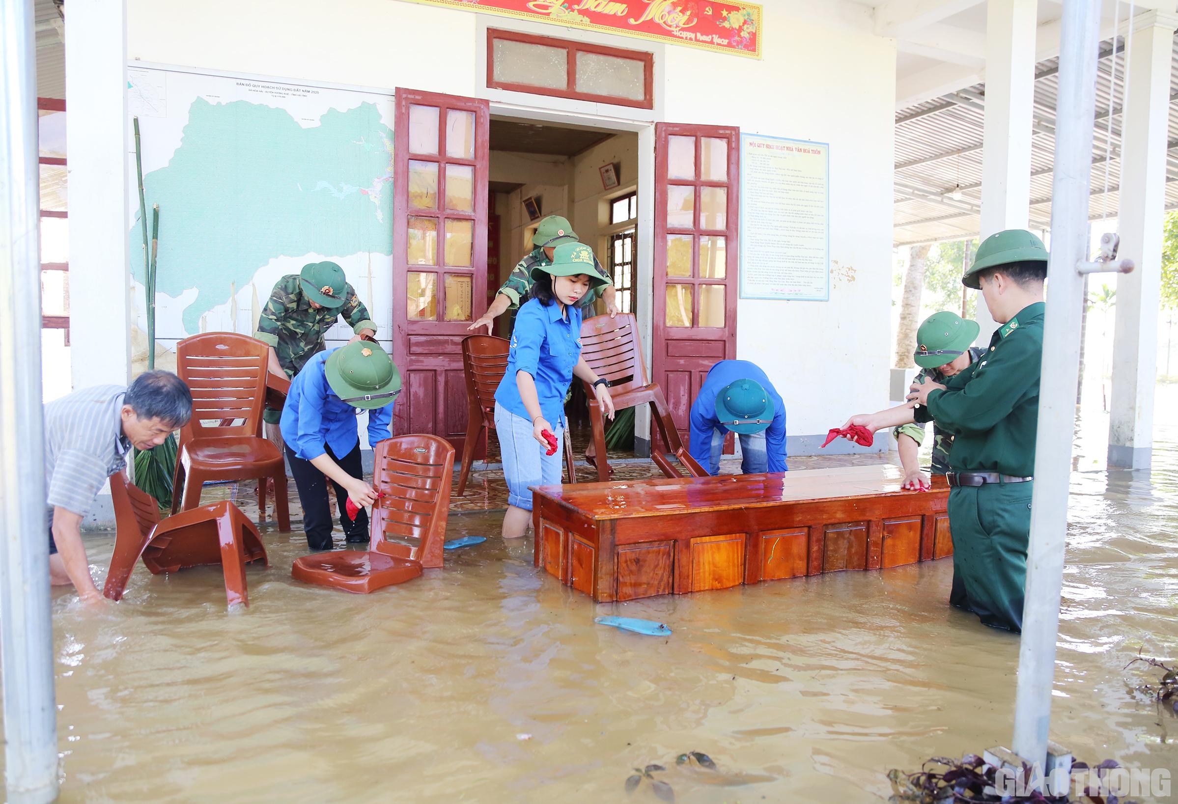 Theo thông tin từ các lực lượng chức năng, toàn xã biên giới Hòa Hải có 13 xóm, trong đó có 6 xóm bị ngập sâu, đỉnh điểm có nơi ngập trên 2m, chia cắt hoàn toàn với bên ngoài