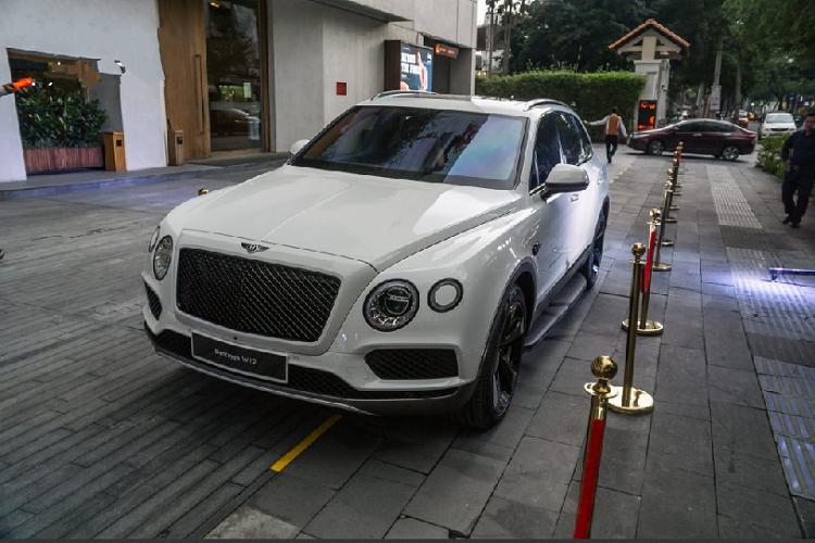 Tại Việt Nam, chiếc xe sang Bentley Bentayga được cá nhân hóa từ những màu cơ bản như trắng, đen hay đến những màu đặc biệt hơn như vàng cát, xanh dương, xanh cát hoặc thậm chí là dual-tone xanh lá – trắng sữa hay bản đặc biệt đánh dấu 100 năm thành lập hãng. Với màu sơn trắng không quá nổi bật, chiếc Bentayga trong bài lại đặc biệt khi được trang bị gói nâng cấp Black Specification của chính Bentley