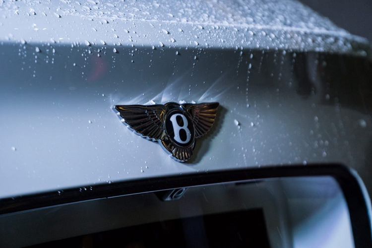 Được xây dựng trên cấu hình W12, đây là một trong những chiếc Bentley Bentayga W12 cuối cùng được Bentley Hà Nội đưa về nước trước khi chuyển hoàn toàn sang động cơ V8 tăng áp