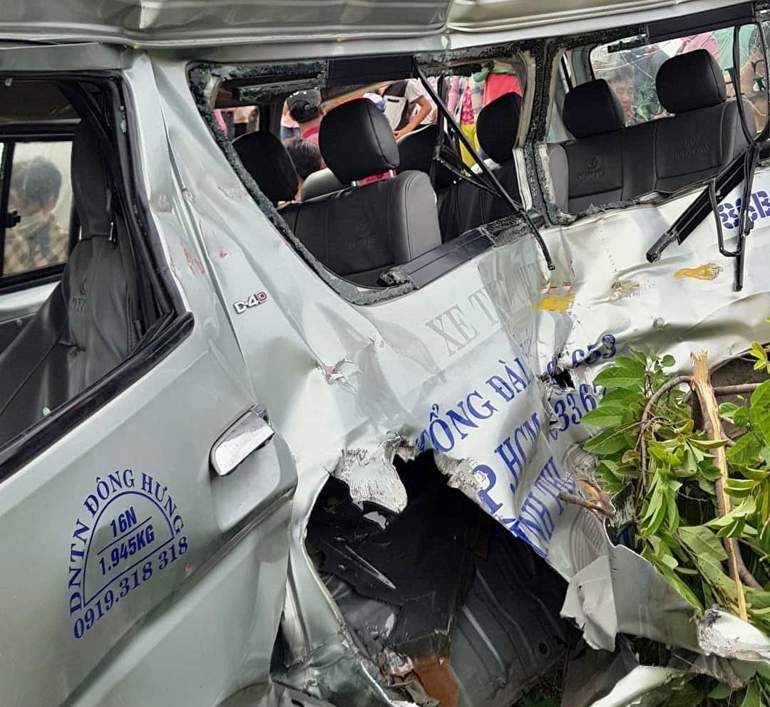 hiện trường ôtô 16 chỗ bị tàu hỏa vò nát ở bình thuận, 3 người chết