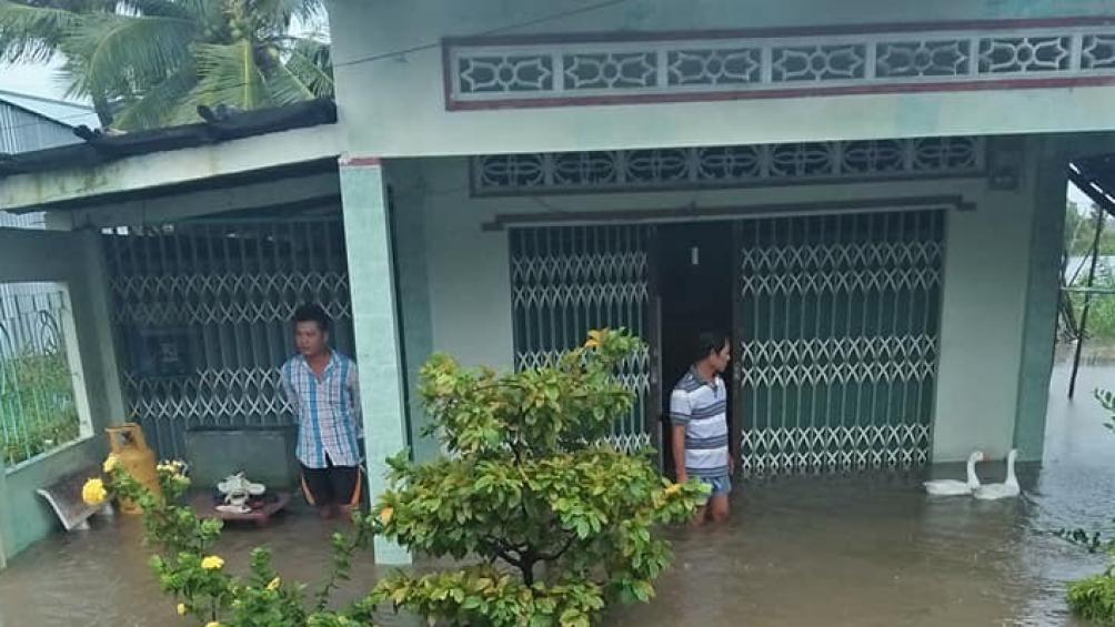 Mưa lớn, nước dâng cao làm nhiều căn nhà của người dân ở huyện U Minh (Cà Mau) bị ngập sâu. Ảnh: D.V