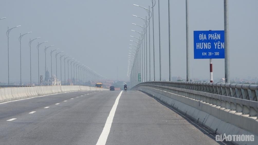 Hệ thống đèn chiếu sáng Cầu Hưng Hà địa phận Hưng Yên vẫn sáng bình thường vào ban đêm