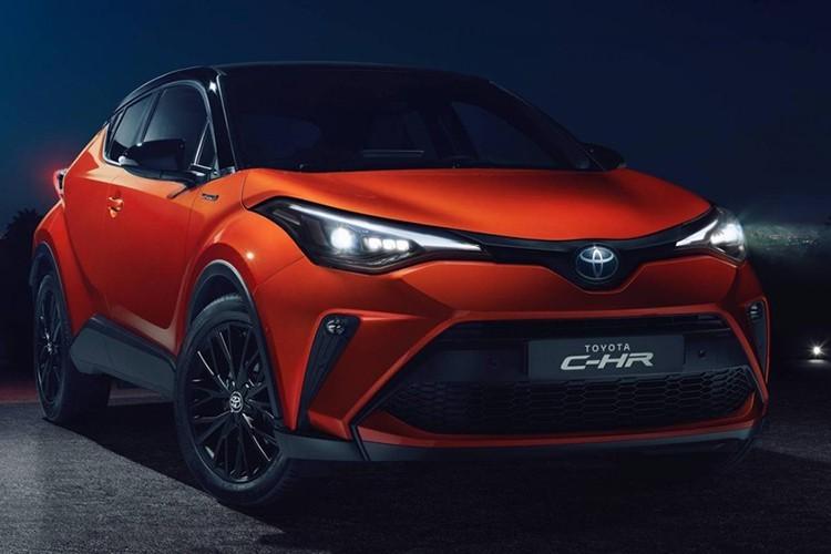 Mẫu xe crossover Toyota C-HR cỡ B lần đầu tiên trình làng vào năm 2016. Sau hơn 3 năm xuất hiện trên thị trường, mẫu xe này đã được bổ sung phiên bản nâng cấp với hệ thống động cơ hybrid, hệ thống đa phương tiện mới và thiết kế ngoại thất cải tiến tại thị trường châu Âu