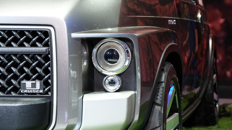 Toyota TJ Cruiser thiết kế các hốc đèn vuông vức nhưng ốp đèn sử dụng lại là loại tròn, mang một chút hơi hướng cổ điển
