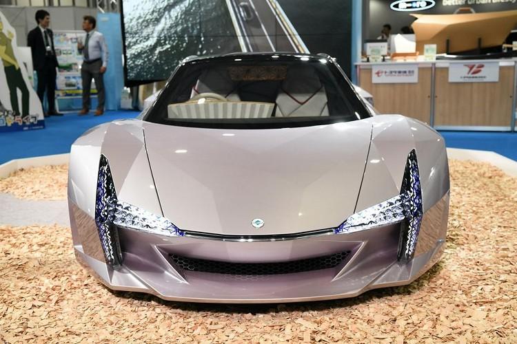 Sản phẩm xe ô tô tái chế này được thổi một làn gió mới với ngôn ngữ sáng tạo tương tự như các mẫu siêu xe đắt tiền. Thoạt nhìn, mẫu xe này khiến người ta dễ dàng nhớ tới chiếc Chrysler ME Four-Tw 12 đã từng khiến giới báo chí tốn không ít giấy mực