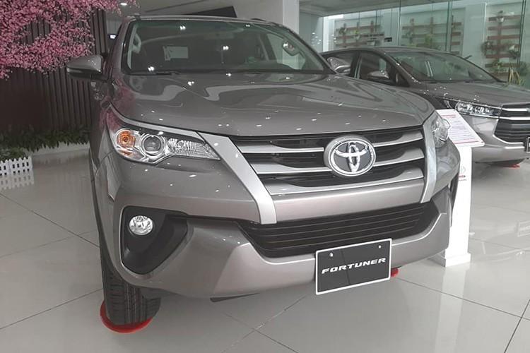 Cụ thể, bản Toyota Fortuner máy dầu số sàn tiêu chuẩn sử dụng động cơ dầu 2.4L tại các đại lý chính hãng hiện đang giảm giá tới 115 triệu đồng. Biến thể dùng hộp số tự động có mức giảm thấp hơn là 60 triệu đồng