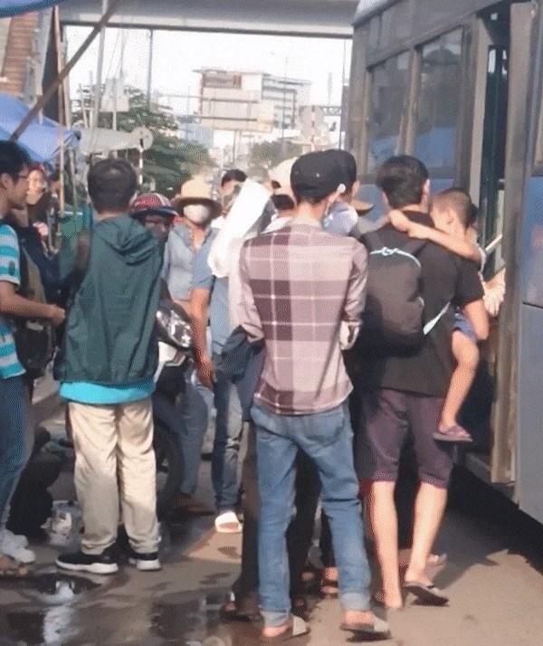 Trong ảnh, thanh niên mặc áo kẻ giả vờ đi xe buýt để móc trộm điện thoại của nữ sinh viên đi tuyến 33, tại trạm xe buýt Suối Tiên, Q.9. (Ảnh từ clip)