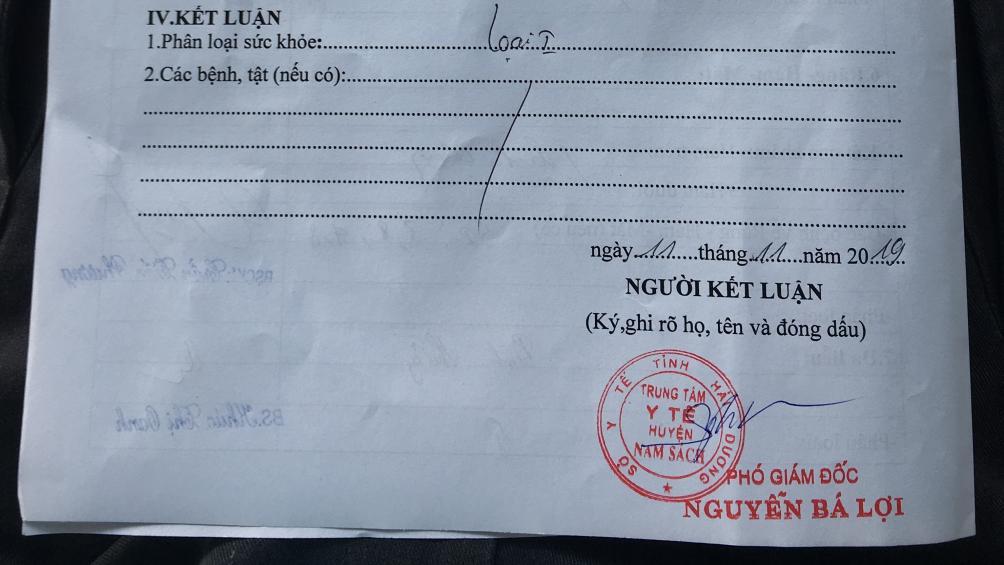 Chưa đầy 30 phút, tờ giấy khám sức khỏe đã được cấp, có tên và đóng dấu chữ ký của Phó Giám đốc Trung tâm Y tế huyện Nam Sách