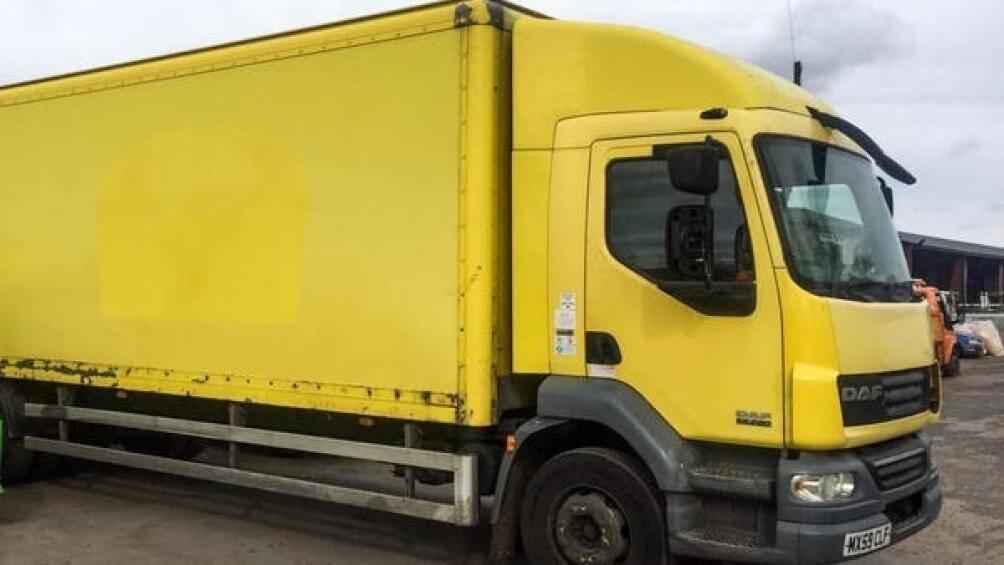 Iona Stewart và Martin Hill tìm thấy một chiếc xe tải giao bánh mì cũ trên eBay và mua nó với giá 4.600 USD