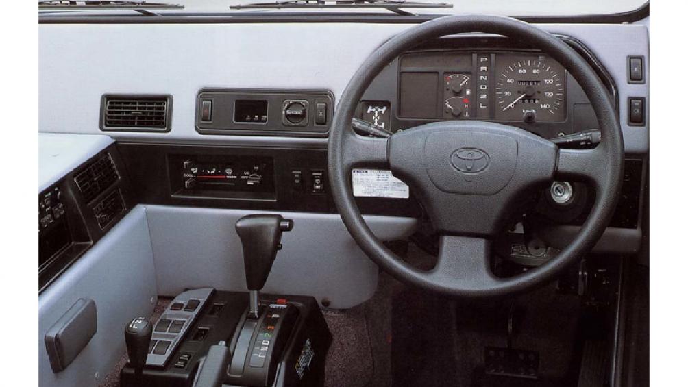 Nguyên nhân khiến số lượng Toyota Mega Cruiser bản dân dụng rất ít là vì chúng bị đánh thuế rất cao, chủ yếu do kích thước xe quá lớn
