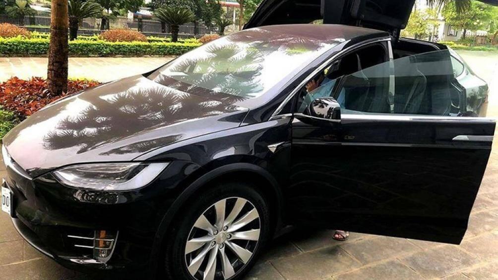 Chiếc SUV điện Tesla Model X đã có mặt tại Phú Thọ sau một hành trình khá dài từ một kho cảng ở tỉnh Bà Rịa-Vũng Tàu về đến Việt Trì