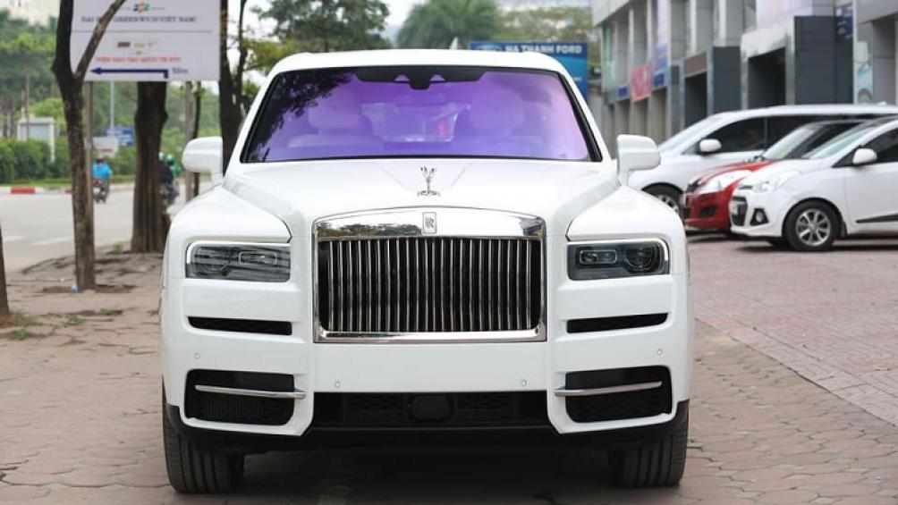 Bất chấp Covid-19 đang hoành hành, một chiếc SUV siêu sang Rolls-Royce Cullinan mới toanh vẫn xuất hiện trên vỉa hè Hà Nội
