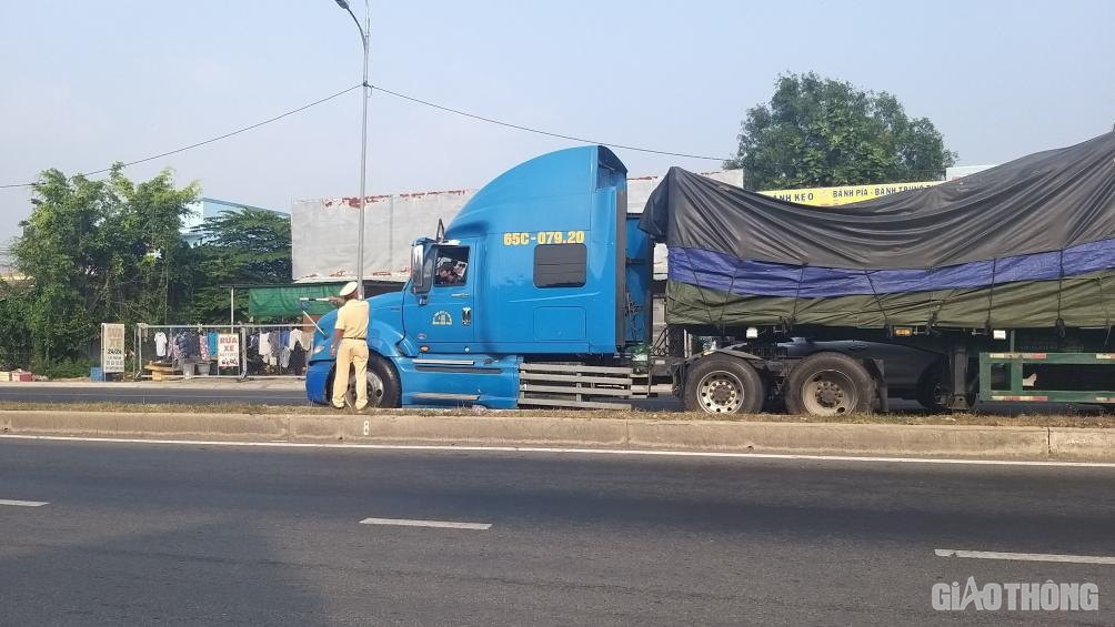 Cấm xe 3 trục, cầu Rạch Miễu vẫn kẹt xe kéo dài hơn 10km chiều 25 Tết - Ảnh 5.