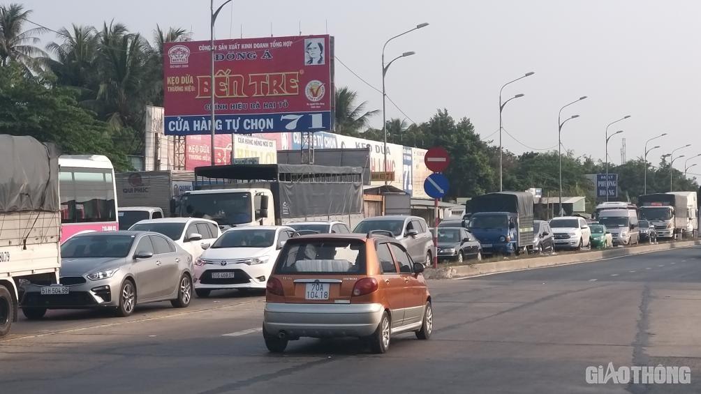 Cấm xe 3 trục, cầu Rạch Miễu vẫn kẹt xe kéo dài hơn 10km chiều 25 Tết - Ảnh 6.