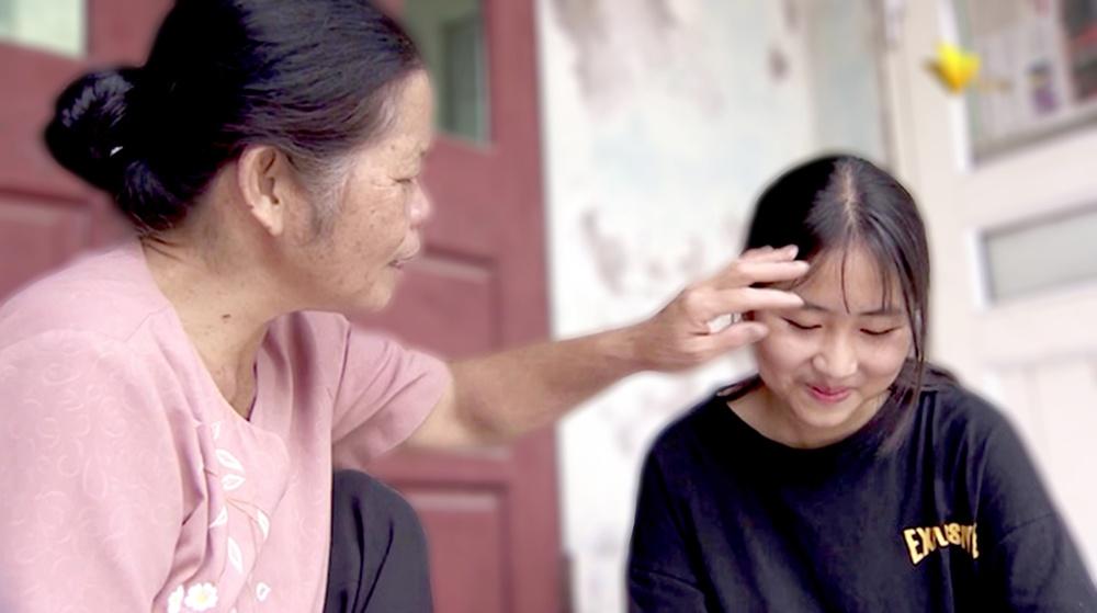 16 năm qua, Hoàng Huyền Thương lớn lên trong tình yêu thương, sự chăm bẵm vô điều kiện của bà Bình