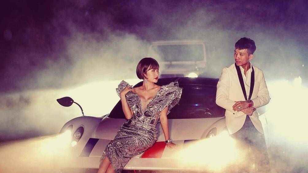 Vợ chồng Minh Nhựa tạo dáng bên siêu xe Pagani Huayra 80 tỷ