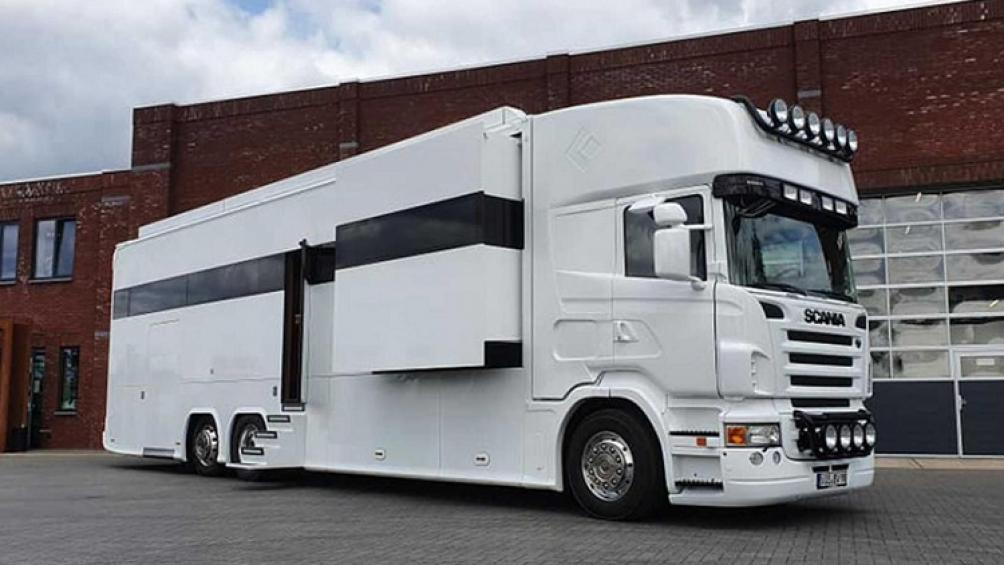 Phần đầu xe giúp người ta nhận ra rằng nó được chế tạo dựa trên xe đầu kéo Scania R480, đồng nghĩa đó là một sản phẩm chỉ dành cho thị trường châu Âu