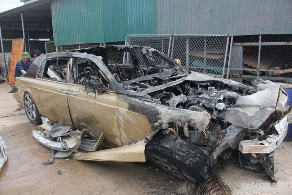 Sau khi tự gây tai nạn, đâm đổ tường rồi bốc cháy ở QL18 qua TP. Móng Cái đêm 7/6, chiếc Rolls-Royce Phantom BKS 14A - 388.88 bị hư hỏng hoàn toàn nội thất