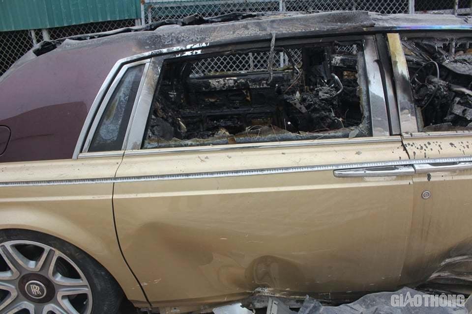 Phần ngoại thất cũng hư hỏng nặng, nước sơn màu vàng cát độc nhất vô nhị chỉ còn một bên hông xe, những chỗ khác bị cháy đen, trơ khung