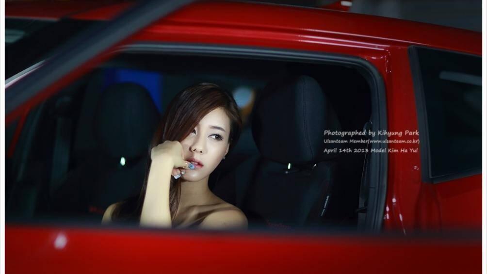 Những phút suy tư của người đẹp trong chiếc xe màu đỏ rực rỡ