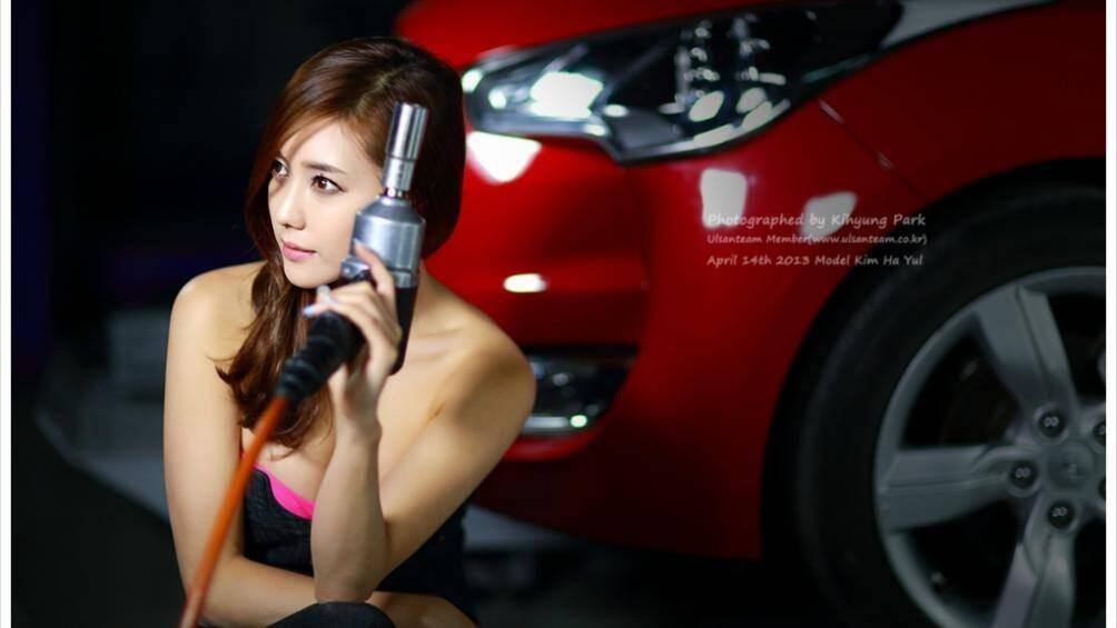 Người đẹp trông thật mạnh mẽ khi tạo dáng với những bộ đồ nghề trong garage