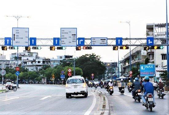 Luật Giao thông đường bộ năm 2008 quy định, khi nhìn thấy đèn vàng, người điều khiển phương tiện phải giảm tốc độ, dừng trước vạch