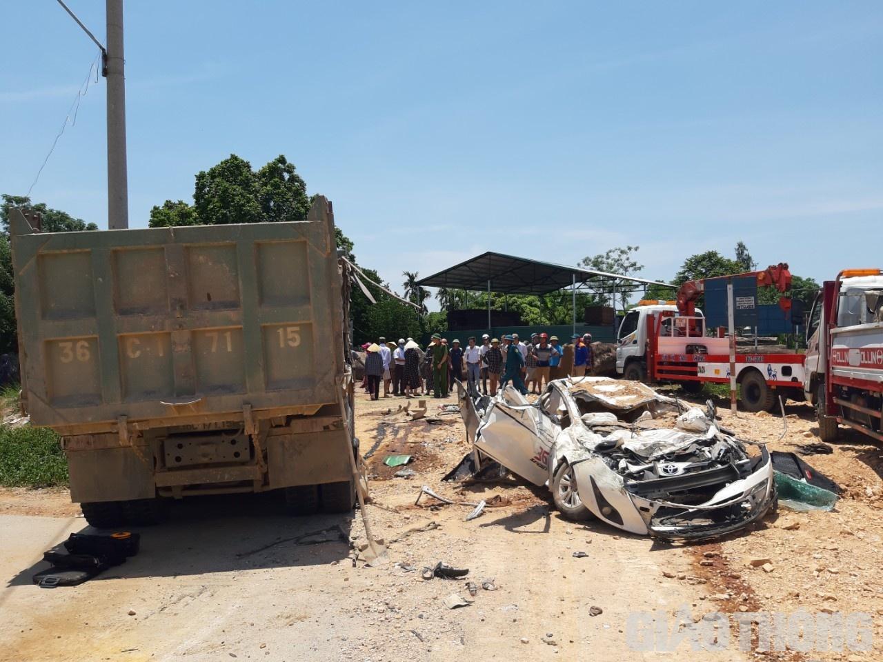 Đang đi bị xe tải Howo đè bẹp, 3 người trong xe con tử vong tại chỗ - Baogiaothong.vn