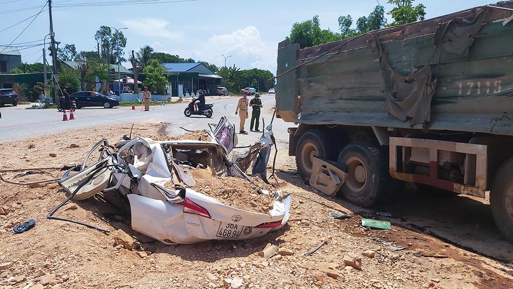 Vì sao bé trai thoát chết trong vụ xe tải đè bẹp xe con, 3 người tử vong? - Baogiaothong.vn