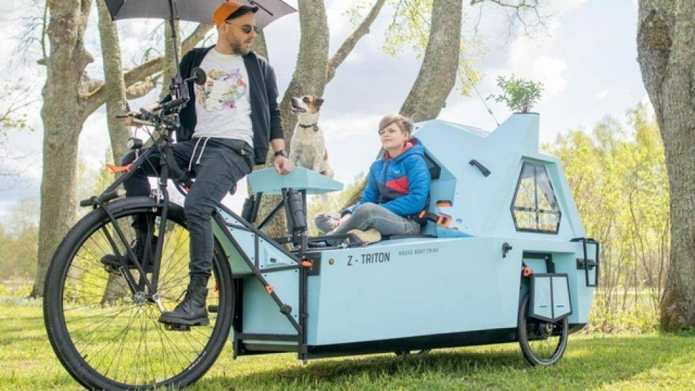 Chiếc xe này có một cabin dành cho 2 người, thêm vào đó là phần xe đạp 3 bánh đính kèm thật sự khác biệt